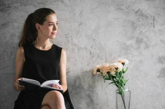 retrato-de-un-libro-de-lectura-hermoso-de-la-mujer-joven-que-se-relaja-en-sala-de-estar-imagenes-de-estilo-de-efecto-vintage_1253-1574