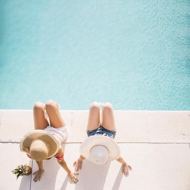 vista-superior-de-chicas-enfrente-de-piscina_23-2147814780